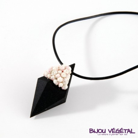Collier diamant noir avec des petites fleurs blanches permanentes